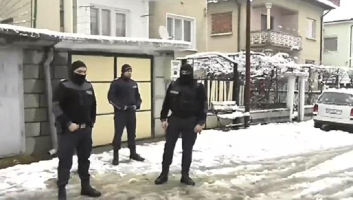 Улицата, на която е намерено тялото на детето, все още е блокирана от полиция