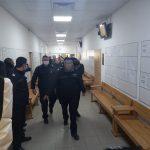Водят задържаните към съдебната зала.