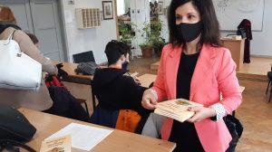Прокурор Ваня Христева раздаде на учениците по една конституция.