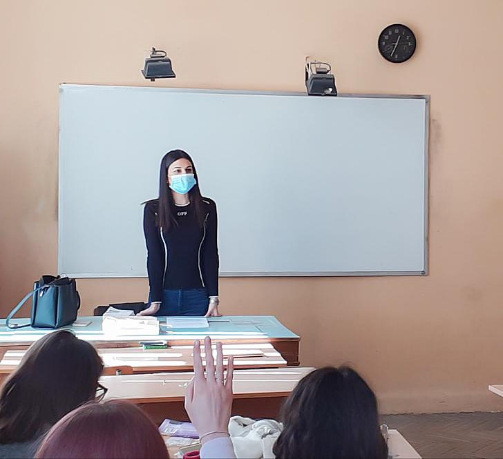 Младши съдия Силвия Алексова говори за трафика на хора пред ученици от XI в клас.