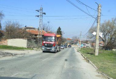 Камион на Пътища тресе улиците на Брестник и Куклен.