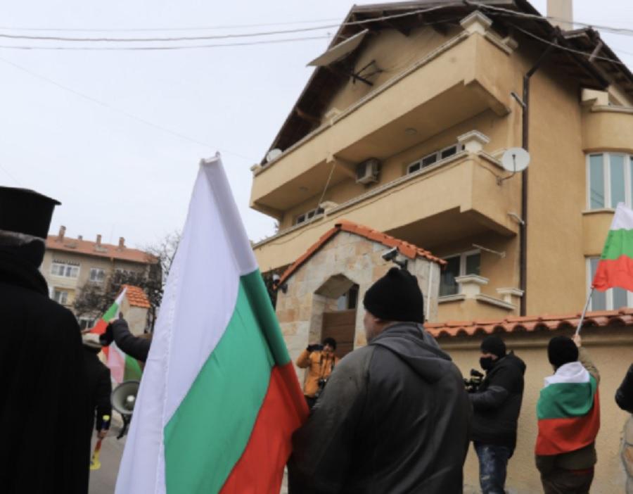 Протестиращите развяха знамена пред къщата на Борисов в Банкя.
