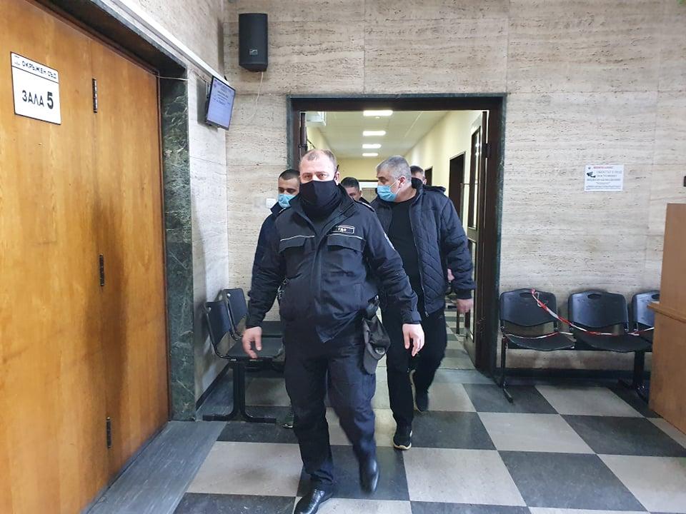 Съдебната охрана води баща и син Боюклиеви към залата.