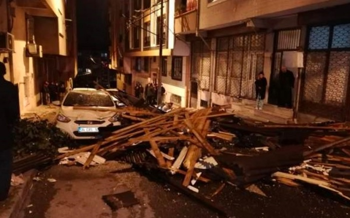 Повредени автомобили и съборени покриви след бурята