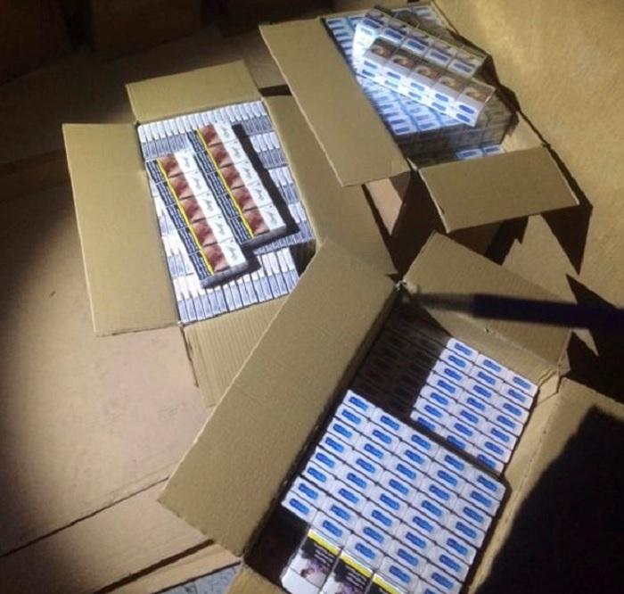 Задържаха купувач и продавач в момент на сделка с 11 мастербокса безакцизни цигари