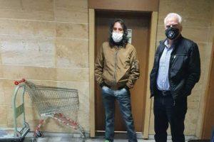 Филип Янков с адвоката си в коридорите на Съдебната палата.