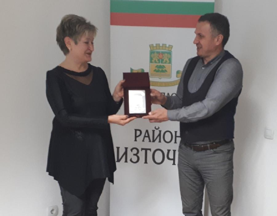 Иван Стоянов връчи знака на Екатерина Загорска.