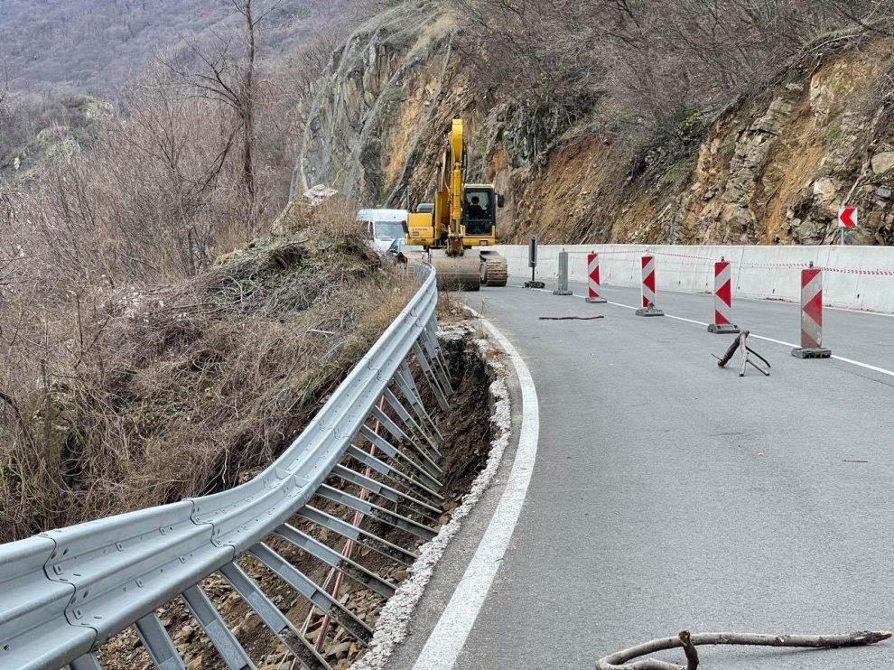 Укрепват аварийно пътя Кричим - Девин.