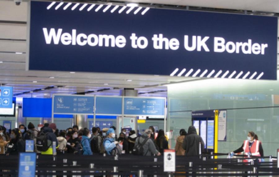 Мерките на властите в Лондон създадоха напрежение и опашки по летищата.