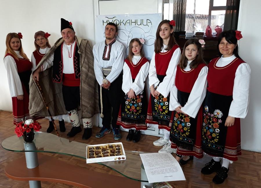 Самодейците се подготвят за Муфканица под наставленията на Койчо Червенков