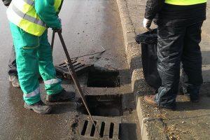 Чистят дъждоприемните улични шахти