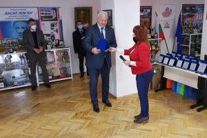 Директорът на Спортното училище Ружка Генова връчва плакет на кмета на Пловдив Здравко Димитров