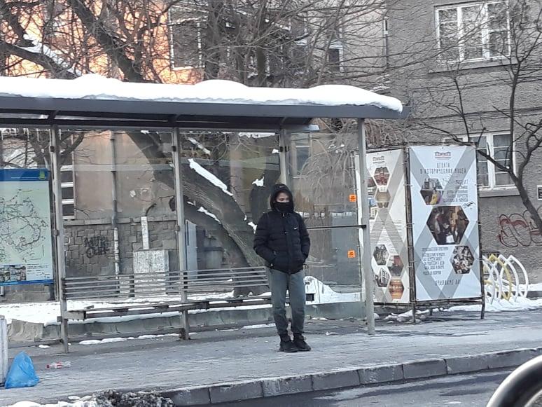 Чакането на автобус тази сутрин е особено неприятно.
