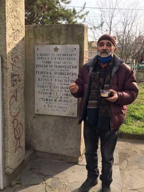 Вълчан Петров пред реставрираните надписи на паметника.
