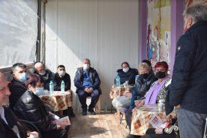 Манол Генов разговаря с жители на Долни Воден