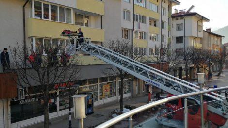 Пожарна свали възрастния от козирката