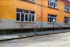 """Работници на """"Чистота"""" за пореден път боядисаха стените на подлеза до училище """"Пейо Яворов"""""""