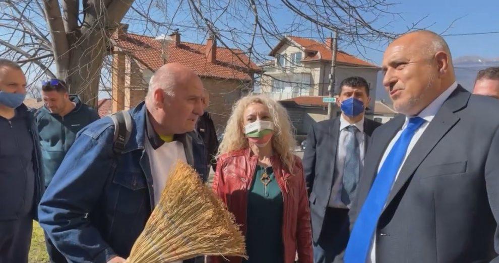 Привърженикът на Борисов с метлата