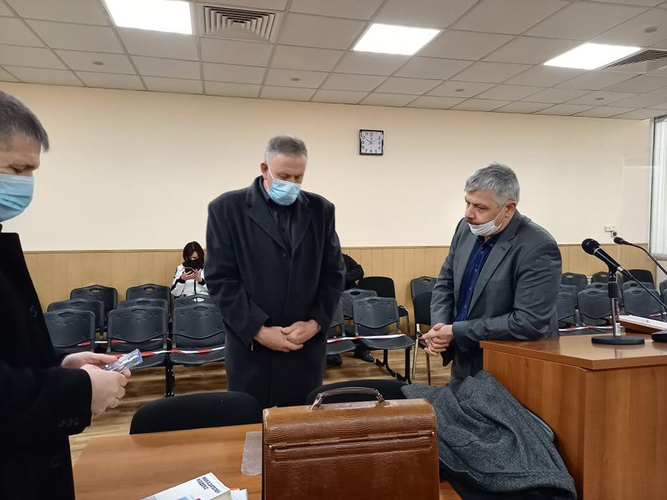 Д-р Иван Димитров с адвокатите си.