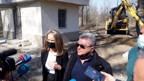 Дани Каназирева и инж. Антон Гълъбов обясниха, че водата в Брестовица вече е чиста.