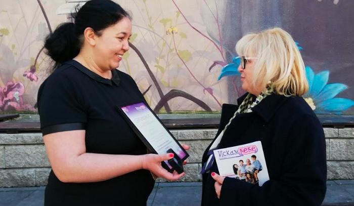 """Еми Христозова връчи на Мария Капон сертификат за посланик на добрите дела на фондация """"Искам бебе"""" и почетна значка."""