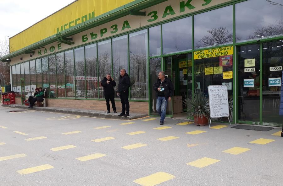 Клиентите висят пред входа на магазина, докато им донесат стоката.