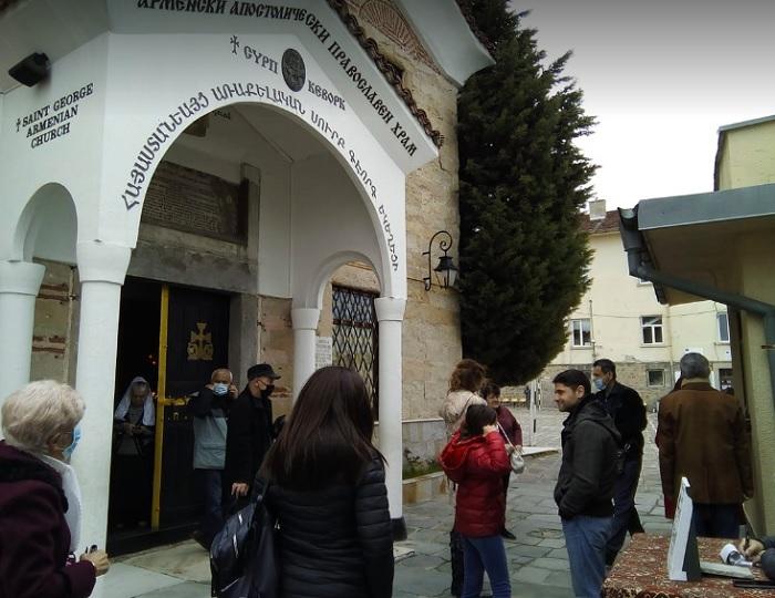 """Арменците запалиха свещи в църквата """"Сурп Кеворк"""" и след края на службата отидоха да гласуват, снимка: ПловдивПрес"""