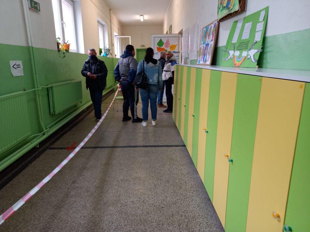 """Избиратели чакат да гласуват в училище """"Братя Миладинови""""."""