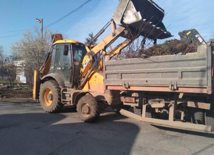 Боклуците бяха изринати с багер и извозени до общинското депо за твърди битови отпадъци.