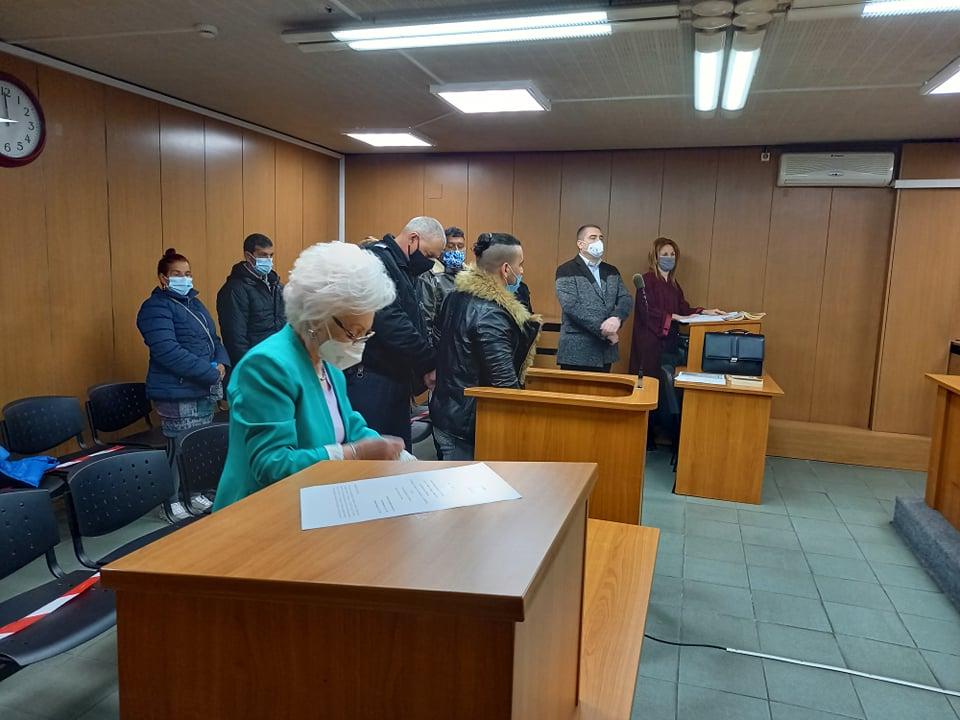 Митко Михайлов крие лицето си в съдебната зала.