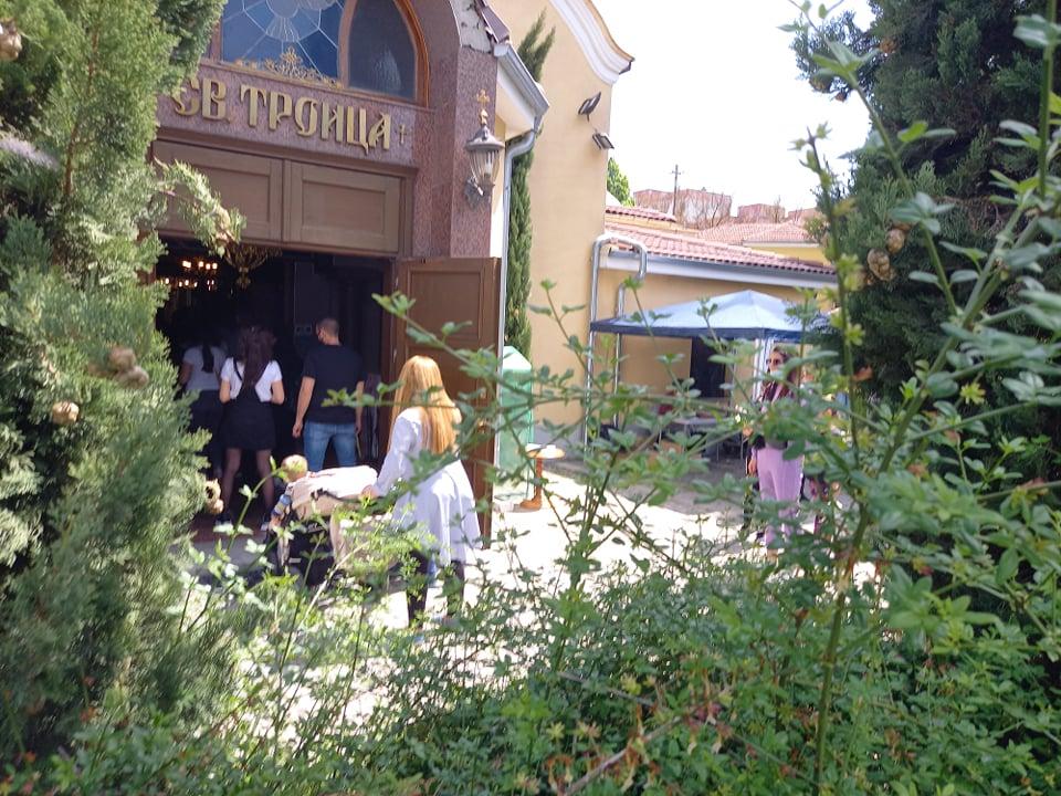 Хората изчакват за влизане в храма.