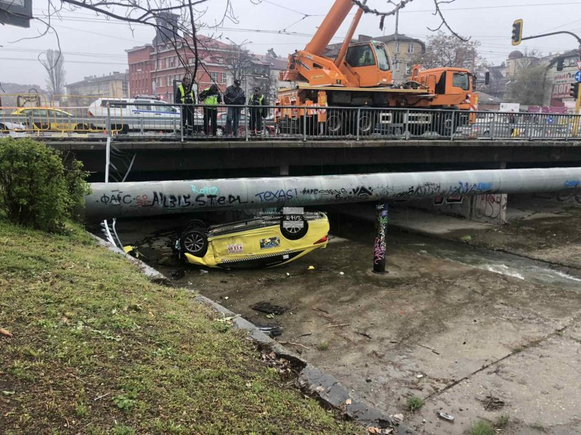 Падналото в реката такси Снимка: БНТ