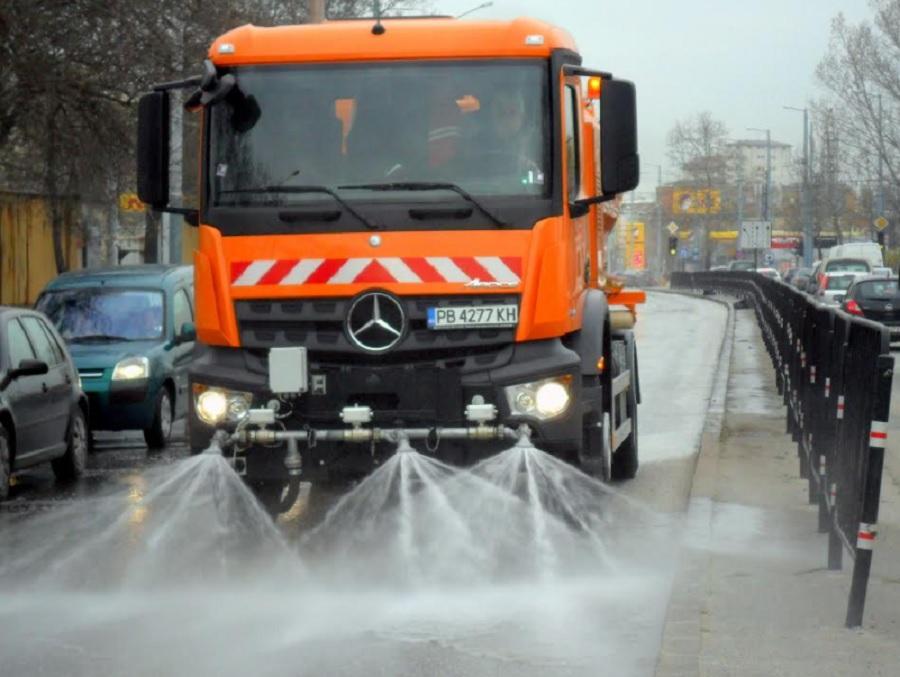 Комунални камиони мият улиците на Пловдив, паркирани коли им пречат.