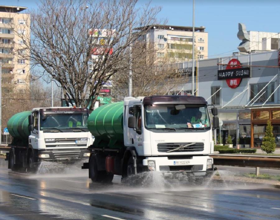Камиони мият машинно улиците на Пловдив