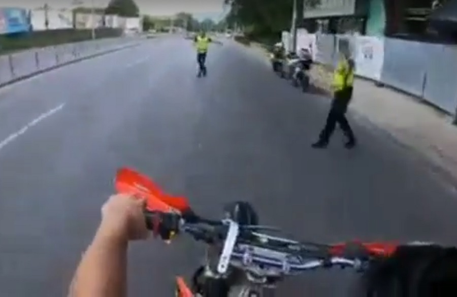 Мотористът връхлита между полицаите. Кадри: Фейсбук
