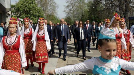 Президентът се разходи из Първомай, придружен от червени кметове в Пловдивско