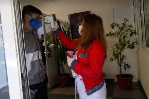 """Измериха температурата на всички зрелостници в СУ """"П.К. Яворов"""", снимка: ПловдивПрес"""