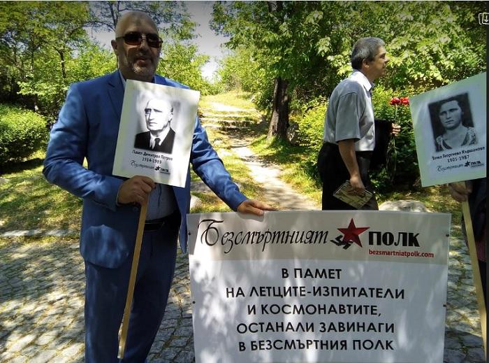 Павел Иванов носи снимка на дядо си, който е участник във Втората световна война, снимка: ПловдивПрес