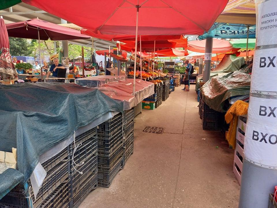 Единични сергии работят на Събота пазара.