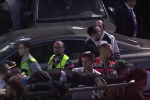 Екипи изнасят ранените.