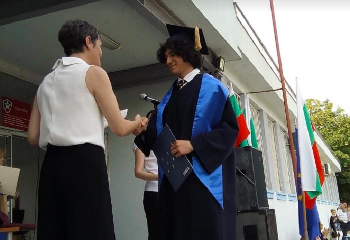 Зам-областният управител Даниела Николова връчи диплома на първенеца на Випуск 2021 Данаил Кръстев, снимка: ПловдивПрес