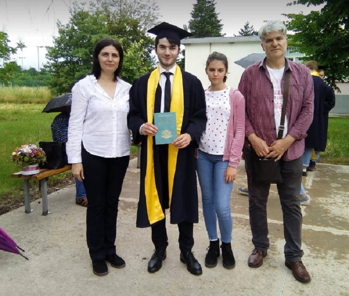 Поетът Борис Ангелов се снима със семейството си, след като получи дипломата си, снимка: ПловдивПрес
