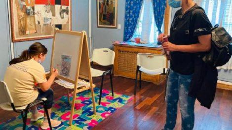 Децата могат да разглеждат безплатно четири от постоянните експозиции на Градската художествена галерия и да рисуват там