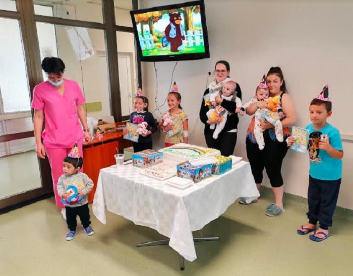 Раздадени бяха лакомства и подаръци на малките пациенти