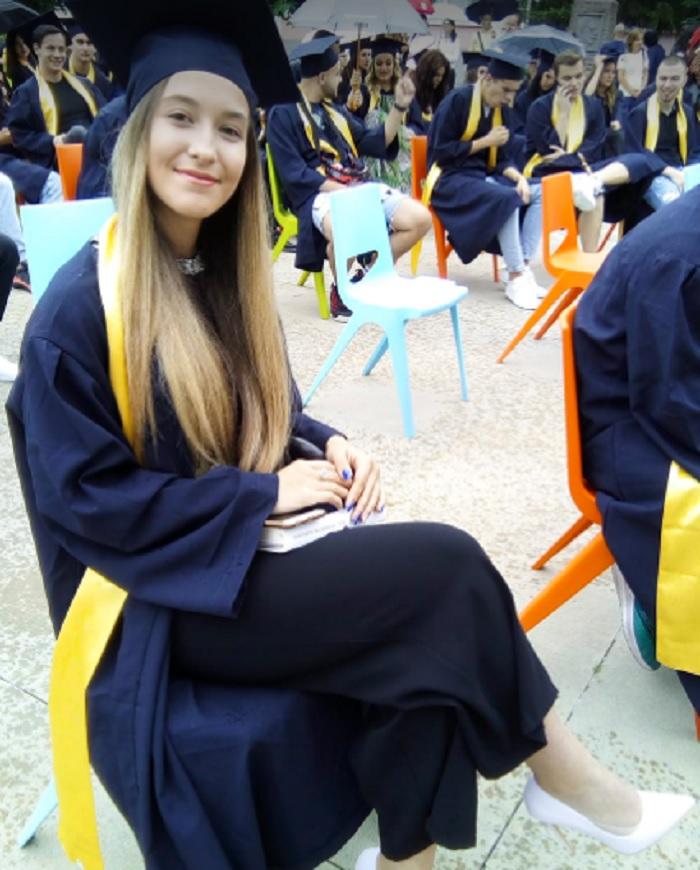 Катерина Костадинова от 12.А клас първа получи дипломата си, защото завършва с Отличен 5.99, снимка: ПловдивПрес