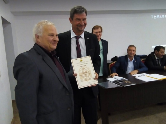 "Д-р Юлиян Петров връчи почетно отличие ""Неофит Рилски"" на Георги Джанов"