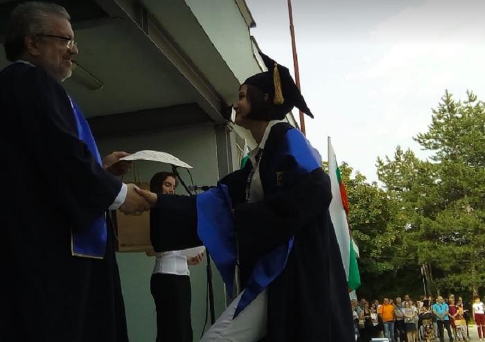 Николай Радев връчи дипломата София Манолова - лауреат на олимпиадата по философия, снимка: ПловдивПрес