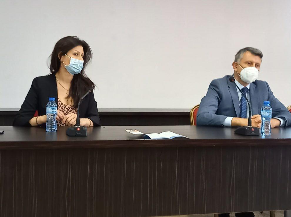 Зам.-кметът Георги Титюков и шефката на социалната дирекция Веселина Ботева