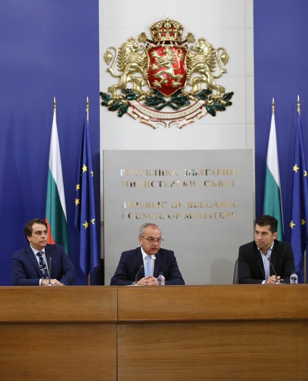 Министрите Асен Василев, Гълъб Донев и Кирил Петков.