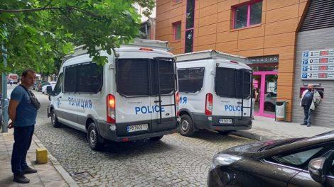 """Полицейските бусове край зала """"Сила"""" в готовност, като за тежък футболен двубой."""